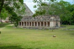 Mayan tempel, met vele kolommen stock afbeeldingen