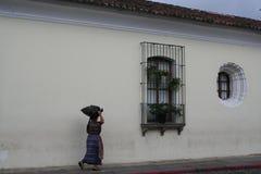Mayan Vrouwen die de Straat van Antiguaguatemala lopen Stock Foto's