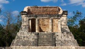 MayaPodium bei Chichen Itza stockfotos