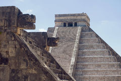 Mayapyramiden lizenzfreie stockfotos