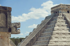 Mayapyramiden lizenzfreie stockfotografie