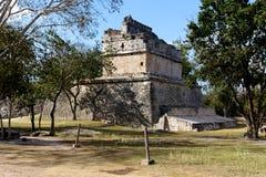 Mayaruine unter Bäumen bei Chichen Itza stockfotografie