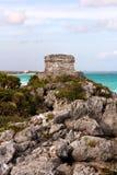 Mayaruinen auf einer Klippe über dem Ozean stockbilder