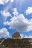 Mayawolken und das EL-caracol Stockfotografie