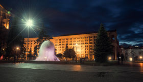 Maydan Nezalezhnost独立广场 在Khreshchatyk的喷泉 夜间基辅 免版税库存照片