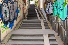Mayence, Allemagne - 12 octobre 2017 : Escaliers concrets avec le graffiti images stock