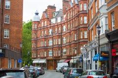 Жилая ария Mayfair со строкой периодических зданий Роскошное свойство в центре Лондона стоковая фотография