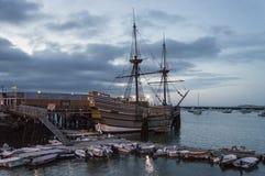 Mayflower на сумраке стоковые фотографии rf