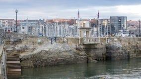 Mayflower tritt Plymouth-Hafen, der vom Meer angesehen wird Stockbild