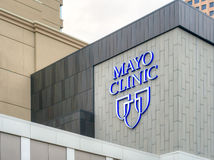 Mayo Clinic Entrance och tecken Royaltyfri Fotografi