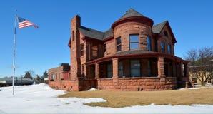 Mayo Mansion mit Schnee und Flagge Lizenzfreie Stockfotografie