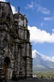Mayon Vulkan hinter einer Kirche lizenzfreie stockfotos