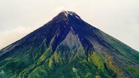 Mayon vulkan i Legazpi, Filippinerna Den Mayon vulkan är en aktiv vulkan och en resning 2462 meter från kusterna av arkivfilmer