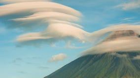 Mayonvulkaan met ventriculair van wolken TimeLapse in zonsopgang Actieve stratovolcano in de provincie van Albay binnen stock videobeelden