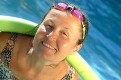 Mayor activo en la piscina Imagen de archivo
