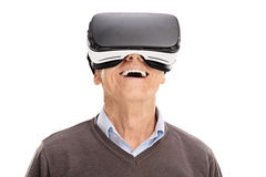 Mayor alegre que usa auriculares de VR foto de archivo