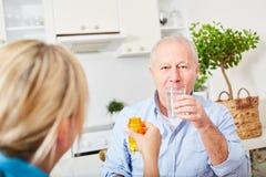 Mayor con Alzheimer que toma las tabletas fotos de archivo libres de regalías