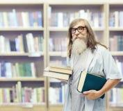 Mayor con los vidrios de los libros, estudiante Old Man Education en biblioteca Fotos de archivo
