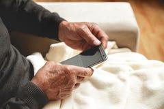 Mayor con un teléfono celular Foto de archivo libre de regalías
