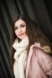 Mayor de High School secundaria adolescente que sonríe con la bufanda de punto Foto de archivo libre de regalías