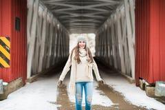 Mayor de High School secundaria en el puente cubierto en invierno Fotografía de archivo