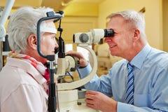 Mayor examing del oftalmólogo imágenes de archivo libres de regalías
