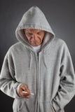 Mayor que sostiene un cigarrillo Imagen de archivo