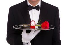 Mayordomo con el anillo de compromiso y la rosa del rojo Fotos de archivo