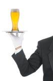 Mayordomo con la cerveza en la bandeja Imagen de archivo