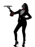 Mayordomo del camarero de la mujer que sostiene la silueta vacía de la bandeja Fotografía de archivo
