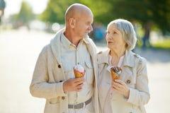 Mayores con helado Imagen de archivo