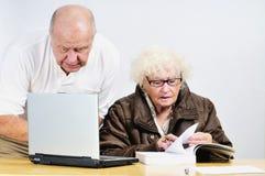 Mayores con la computadora portátil Fotografía de archivo