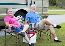 Mayores de rv que se relajan al aire libre Imagenes de archivo
