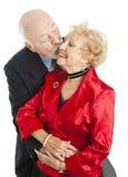 Mayores del día de fiesta - beso para ella foto de archivo