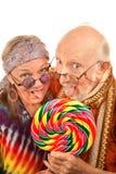 Mayores del Hippie que lamen un lollipop Foto de archivo libre de regalías