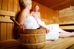 Mayores en la sauna que suda y que se relaja Foto de archivo libre de regalías