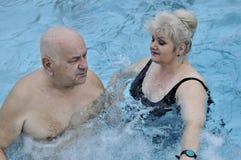 Mayores en piscina simming fotos de archivo