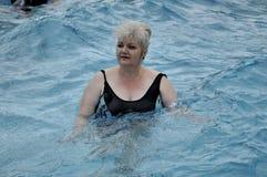Mayores en piscina simming imagen de archivo libre de regalías