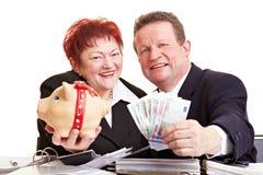 Mayores felices que ofrecen el dinero Imágenes de archivo libres de regalías