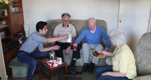 Mayores que tienen Tea Party en casa almacen de metraje de vídeo