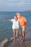 Mayores que visitan puntos de interés en la playa Imagenes de archivo