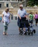 Mayores que visitan Roma Foto de archivo