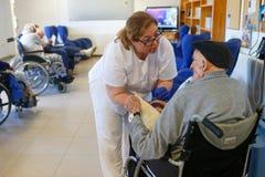 Mayores y enfermera durante su daylife en una clínica de reposo en Mallorca fotografía de archivo libre de regalías