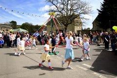 Танцы Maypole, Дербишир стоковое фото rf