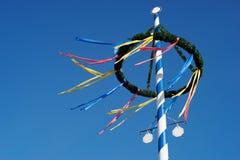 Maypole bávaro coloreado multi tradicional contra el cielo azul imagenes de archivo
