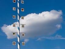 Maypole e nube bianca Fotografie Stock
