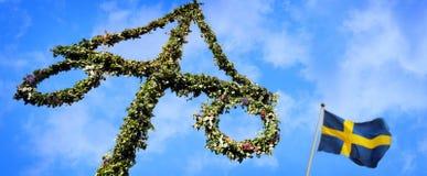 Maypole met Zweedse vlag wordt verfraaid die Stock Afbeeldingen