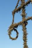 Maypole sueco cubierto en hojas marchitadas del abedul Imagen de archivo