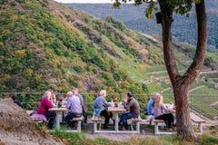 MAYSCHOSS TYSKLAND - OKTOBER 3, 2015: Folk som sitter i ett kafé i den Ahr dalen, Tyskland Arkivbild