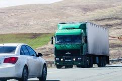 MAZ在路的卡车拖拉机 库存图片